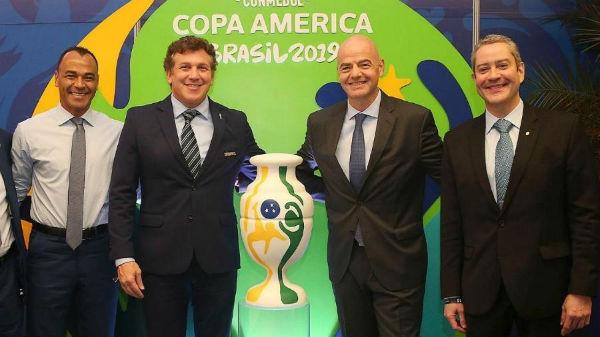 Cafu e os presidentes Alejandro Dominguez (Conmebol), Gianni Infantino (Fifa) e Rogério Caboclo (CBF).Foto: Danilo Matsukawa/CONMEBOL Copa América/Via UOL