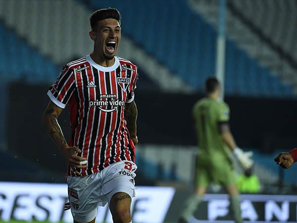Atacante argentino marcou duas vezes contra o Racing e garantiu a classificação tricolor na Libertadores. Foto: Staff Images/Conmebol