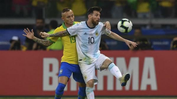 Argentinos reclamam de dois pênaltis não marcados na vitória brasileira da semifinal. Foto: Pedro Ugarte/AFP/Via UOL