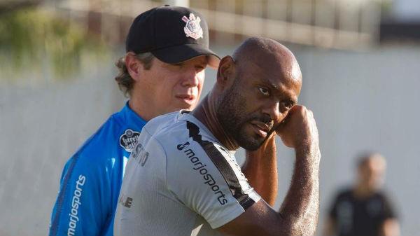 Atacante Vagner Love sofreu uma pancada no treino, mas não tem lesão. Foto: Daniel Augusto Jr/Ag. Corinthians/Via UOL