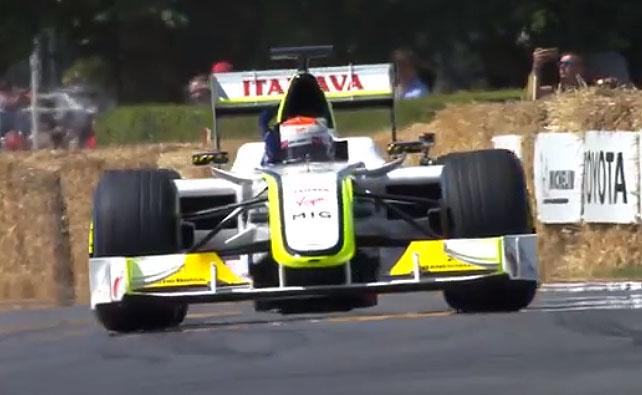 Piloto brasileiro saudou o público a bordo do seu carro na temporada de 2009 da F1. Foto: Reprodução