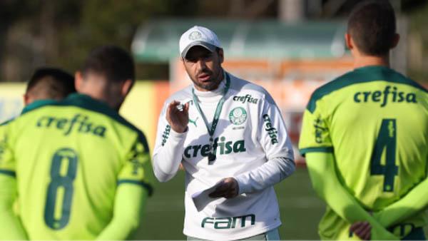 Abel Ferreira orienta seus comandados no CT da Barra Funda. Foto: Cesar Greco/Palmeiras