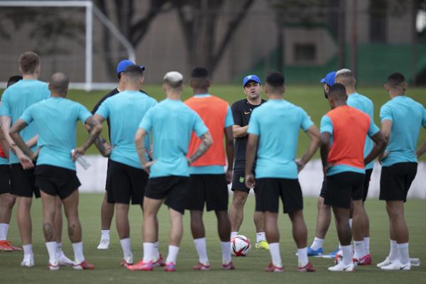 Técnico André Jardine conversa com seus comandados durante treino no Japão. Foto: Lucas Figueiredo/CBF