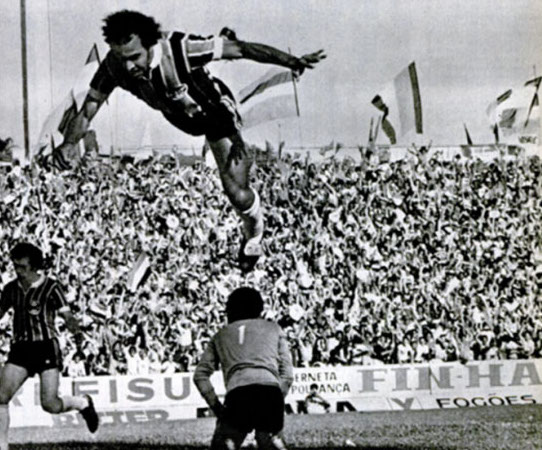 Comemorando com uma desastrosa cambalhota o gol que deu o título gaúcho diante do Inter. Foto: Revista Placar