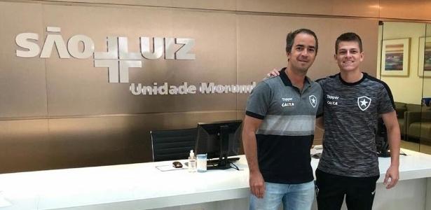 Ao lado do médico do Botafogo, João Pedro retornou ao RJ. Foto: Reprodução Facebook/Botafogo/Via UOL