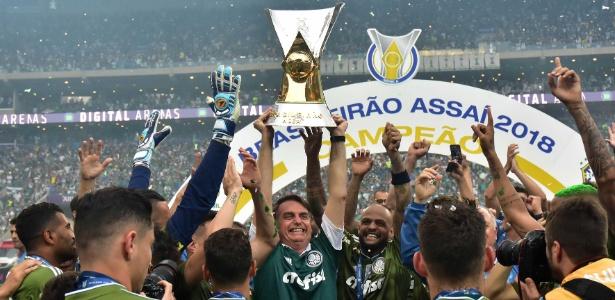 Jogadores do Palmeiras comemoram o titulo do Campeonato Brasileiro com o presidente eleito Jair Bolsonaro. Foto: Eduardo Carmim/Photo Premium/Folhapress