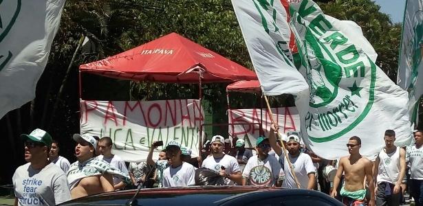Mancha manteve a ideia do protesto e atacou pamonhas e pipocas no ônibus palmeirense. Foto: José Edgar de Matos/UOL
