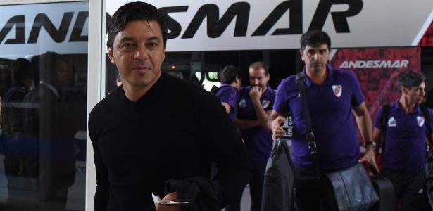 Gallardo não poderá dirigir a equipe, mas também viajou à capital espanhola. Foto: Divulgação/CA River Plate/via UOL