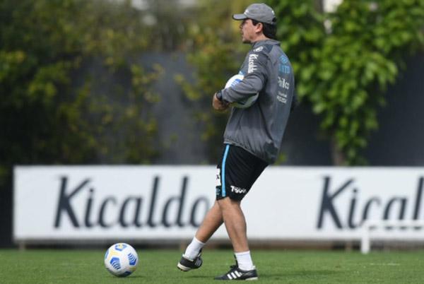 Fernando Diniz durante treino no CT Rei Pelé. Foto: Divulgação/Santos F.C