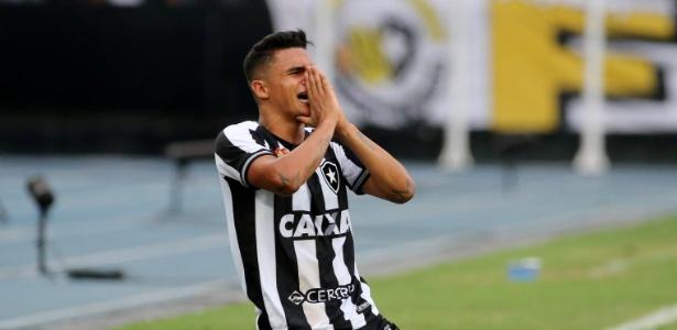 Erik lamenta chance perdida pelo Botafogo; clube carioca quer manter o atacante