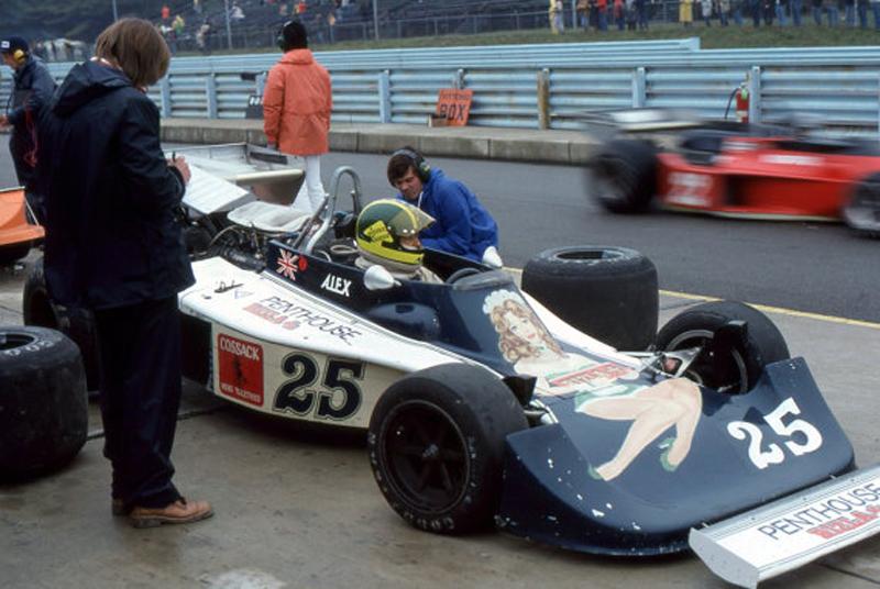 Alex Dias Ribeiro estreou na F1 pela Hesketh, que estampava na carenagem a revista Penthouse. Foto: Reprodução