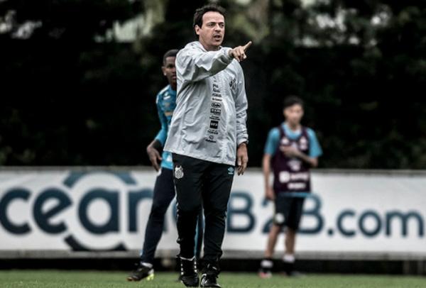 Fernando Diniz orienta seu grupo no CT Rei Pelé. Foto: Divulgação/Santos F.C