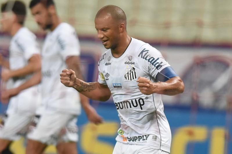 Camisa 7 uruguaio marcou o gol do empate alvinegro diante do Fortaleza, no Castelão. Foto: Ivan Storti/Santos FC