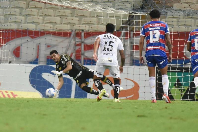 João Paulo tem brilhado com a camisa do Peixe e defendeu um pênalti contra o Fortaleza. Foto: Ivan Storti/Santos FC