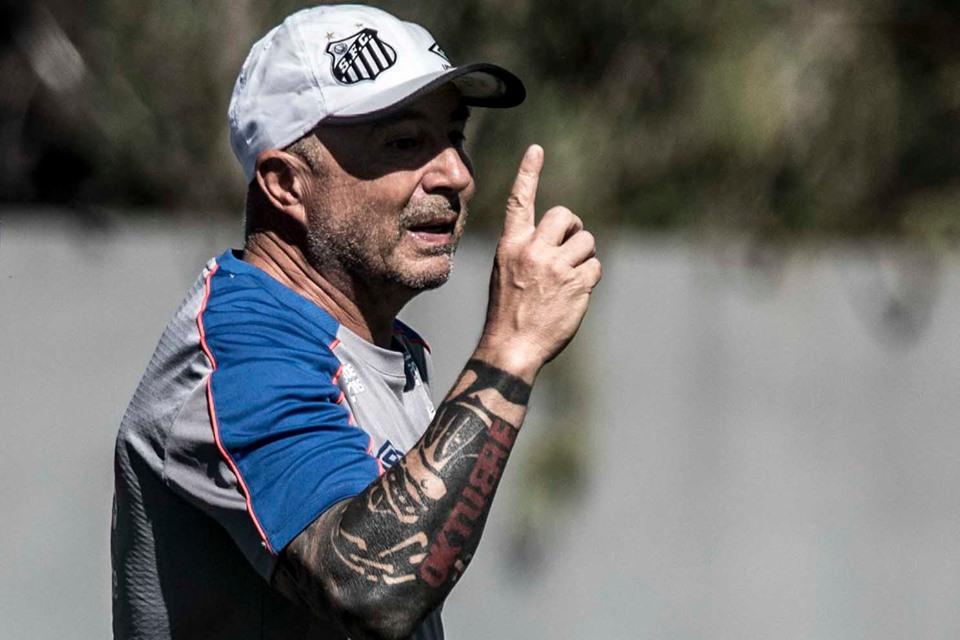 Com 11 contratações em 2019, técnico argentino quer mais e questiona o presidente Perez