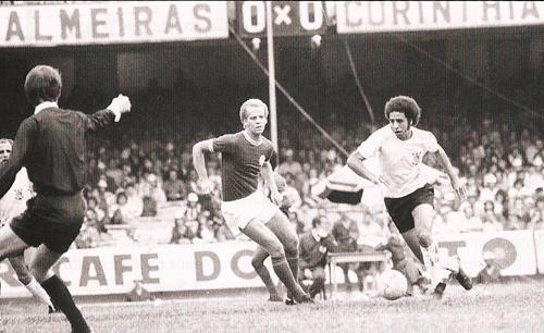 Cena de um clássico entre Corinthians e Palmeiras em 1974. O árbitro  Dulcídio Wanderley Boschillia observa Ademir da Guia perseguir o alvinegro  Tião f31342786b4