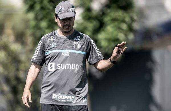 O técnico Fernando Diniz comandando treino na última quarta-feira no CT Rei Pelé. Foto: Divulgação/Santos