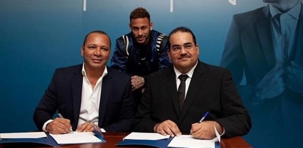 Pai do jogador esteve presente na assinatura do contrato. Foto: Divulgação