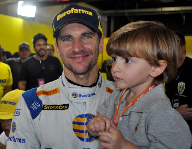 O piloto da Eurofarma RC, com o filho caçula, Felipe. Foto: Marcos Júnior Micheletti/Portal TT