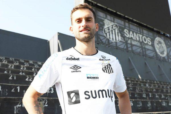 Jogador de 28 anos estava livre no mercado e chegou a ser cotado no Inter. Foto: (Pedro Ernesto Guerra Azevedo/Santos FC