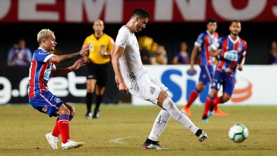 Jogadores de Bahia e Santos disputam a bola em jogo do Campeonato Brasileiro