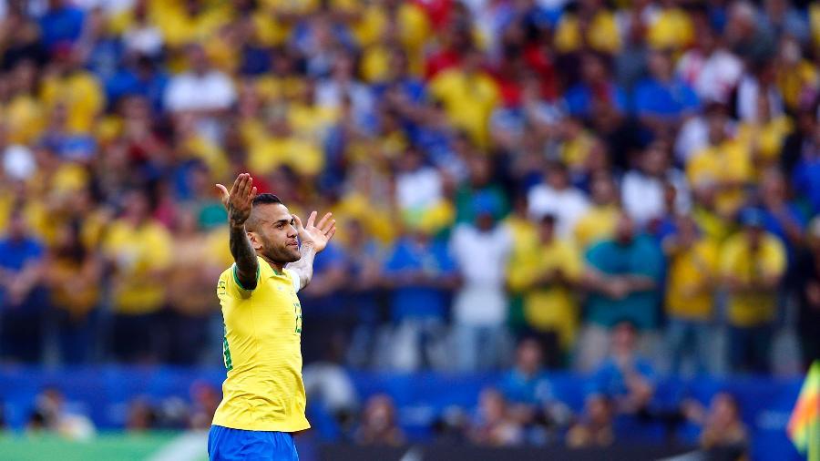 Daniel Alves comemora o gol anotado contra o Peru pela Copa América