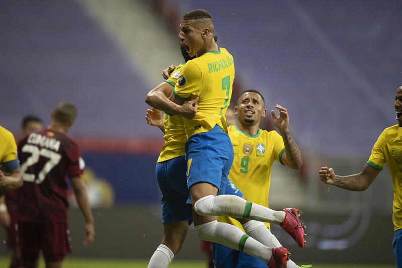 Atacantes Richarlison e Gabriel Jesus entraram na mira do clube francês. Foto: Lucas Figueiredo/CBF