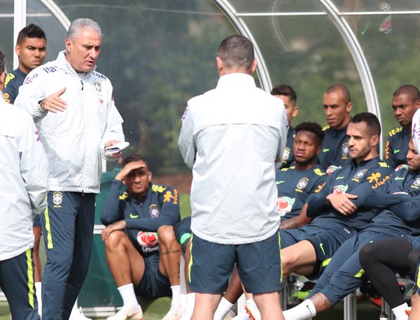De tênis, Renato Augusto participa de conversa com Tite antes de ir para a fisioterapia