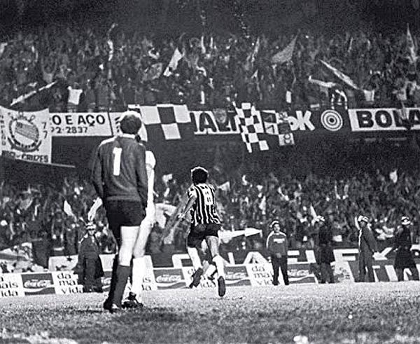 Basílio, o camisa 8 alvinegro, comemora após marcar o gol do título em 1977. Foto: Divulgação