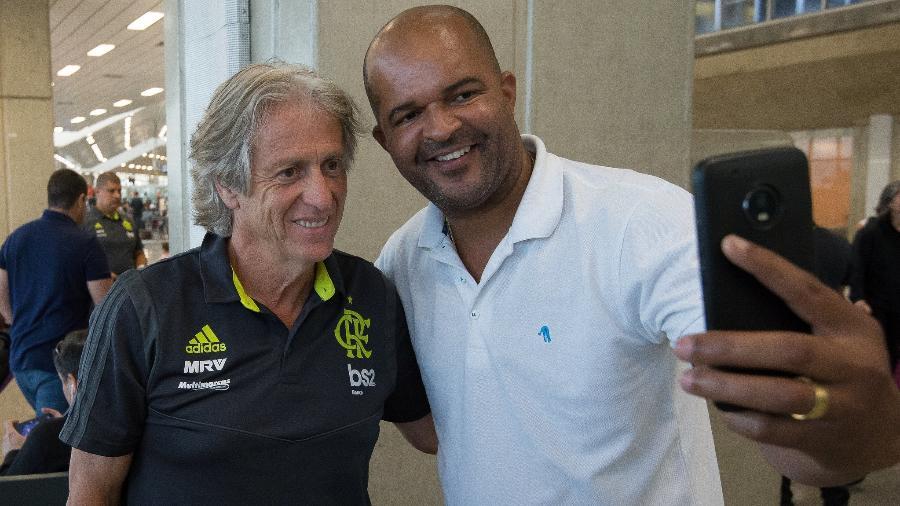 Jorge Jesus durante desembarque do Flamengo: conexão com o torcedor