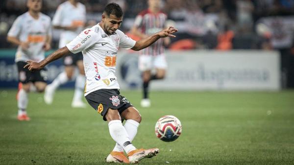 Sornoza retomou vaga de titular por ser o jogador que mais chuta a gol do Timão. Foto: THIAGO BERNARDES/FRAMEPHOTO/ESTADÃO CONTEÚDO/Via UOL