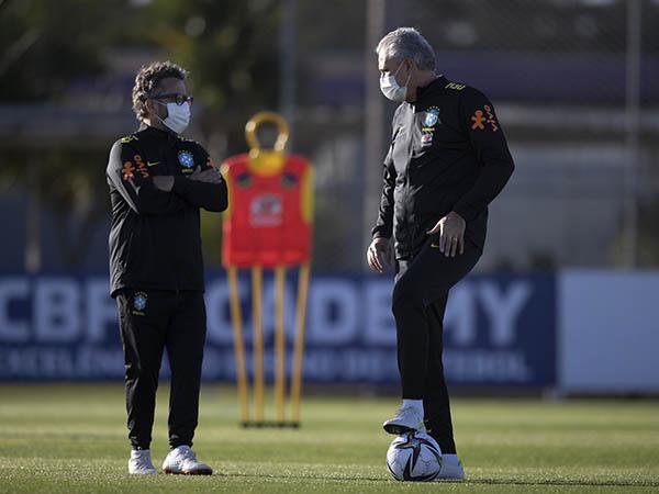 Treinador da seleção brasileira evitou lamentar a ausência dos jogadores vetados pelos clubes ingleses. Foto: Lucas Figueiredo/CBF