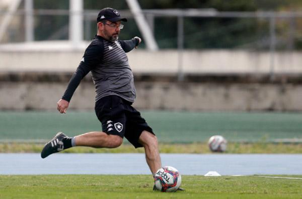 Técnico Enderson Moreira durante treino do Botafogo: Foto: Divulgação/Botafogo