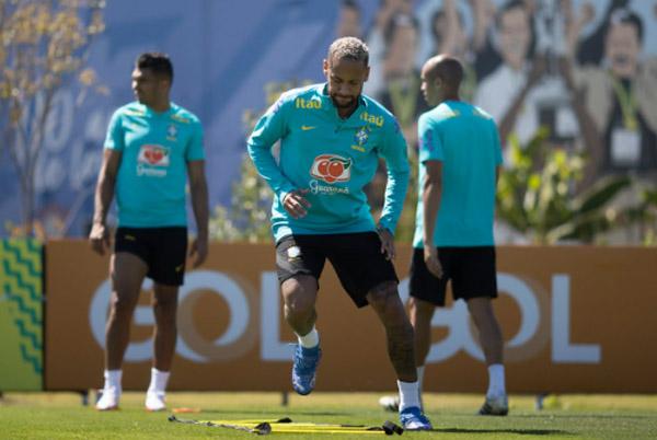 Neymar, de agasalho, durante treino no CT Joaquim Grava, do Corinthians. Foto: Lucas Figueiredo/CBF