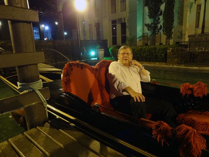 O jornalista em uma gôndola italiana original em Nova Veneza. Foto: Mhanoel Mendes