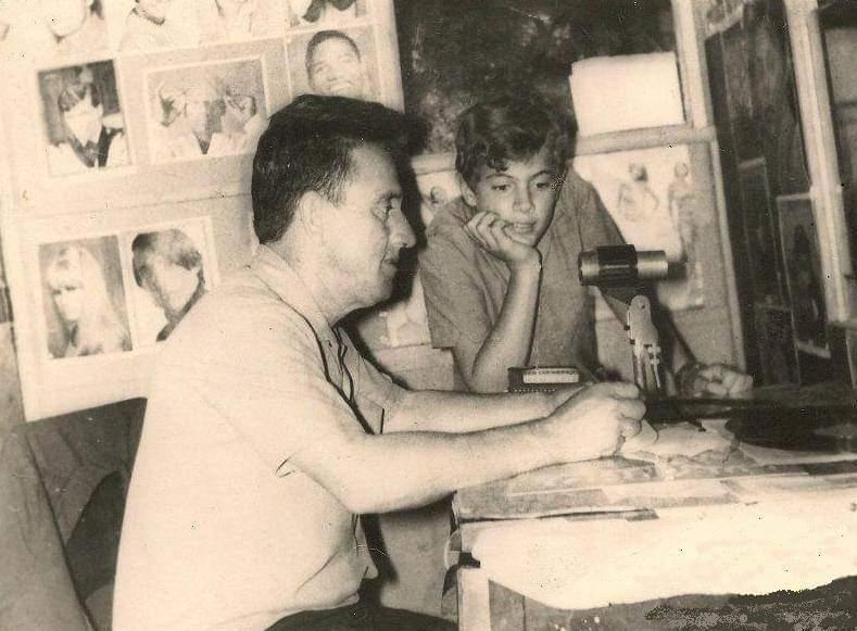 Nos anos 60, observado por um garoto, na Rádio Continental