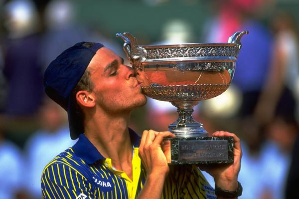 O brasileiro beija a primeira de suas três taças no torneio de tênis francês. Foto: Divulgação