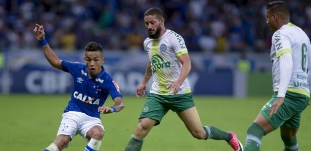 O time mineiro cai para a oitava colocação, enquanto os catarinense superam o Corinthians no saldo de gols e recupera o posto