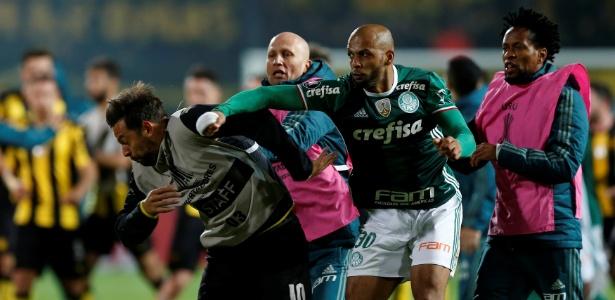 No último domingo, diante do Atlético-MG, ele ficou pela primeira vez no banco de reservas com o time titular atuando
