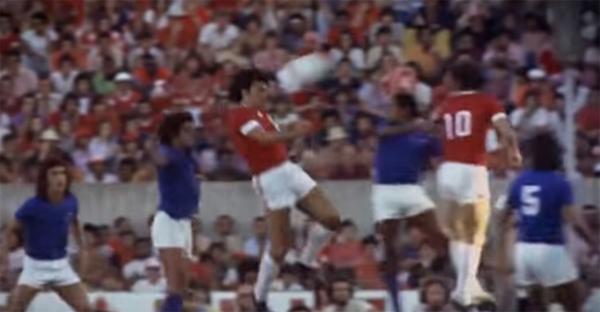 Em 1975 um dos momentos mágicos do futebol brasileiro, com o 'Gol Iluminado' de Figueroa