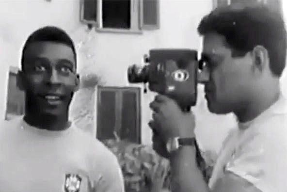 Pelé é filmado por Garrincha na cidade do Sul de Minas em abril de 1966. Foto: Reprodução
