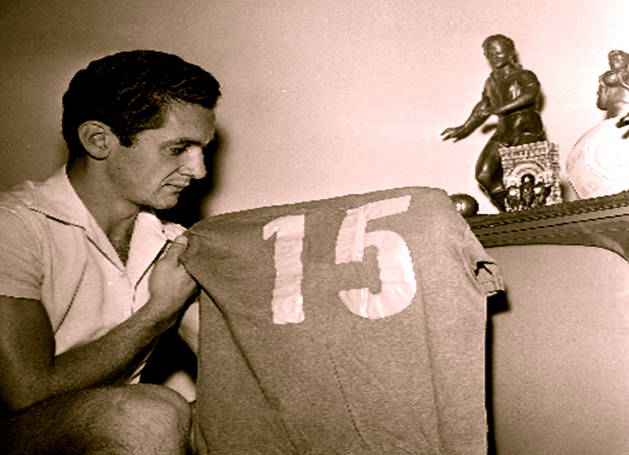 Com a camisa que utilizou na final da Copa de 58; Foto: Tardes de Pacaembu