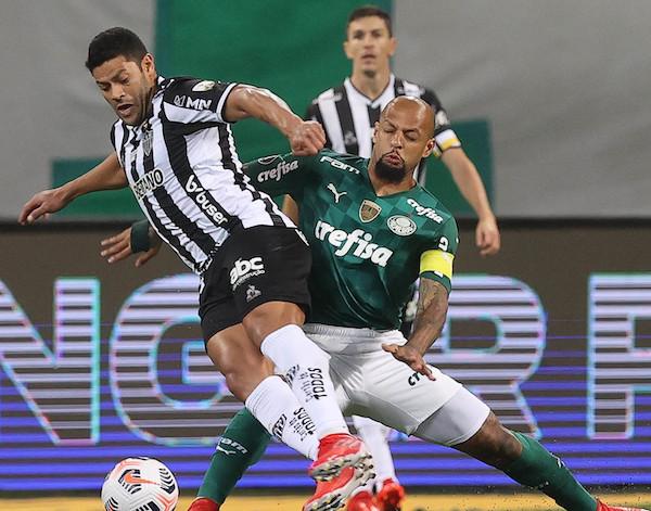 Hulk e Felipe Melo disputam a bola no Allianz Parque. Foto: Cesar Creco/Ag. Palmeiras