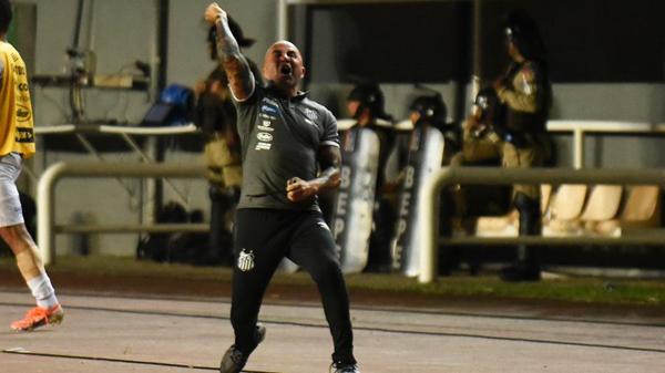 Sampaoli vibra no comando do Santos. Foto: Malcon Robert/AGIF/Via UOL