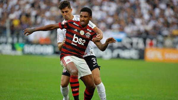 Vitinho se machucou durante a partida contra o Corinthians. Foto: Daniel Vorley/AGIF/Via UOL