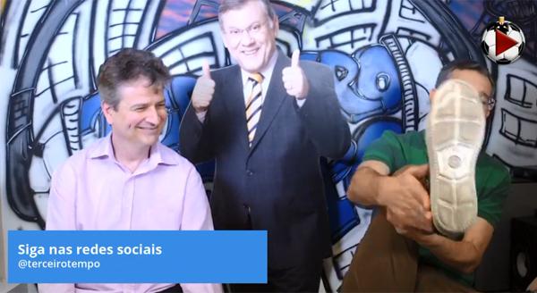 """Marcos Micheletti e Frank Fortes, que mostra o """"pé de Junior Urso"""" na Live. Foto: Reprodução"""