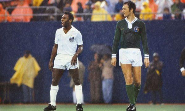 O Rei do Futebol ao lado de Beckenbauer, no amistoso em que o Cosmos recebeu o Santos. Foto: Divulgação