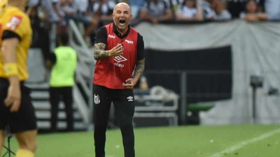 Equipe da Vila não abdicou de atacar mesmo quando esteve em inferioridade numérica. Foto: Ivo Storti/SFC