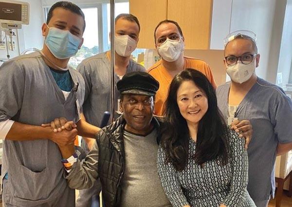 Ao lado da esposa Márcia Aoki e parte da equipe do Hospital Albert Einstein. Foto: Instagram de Pelé