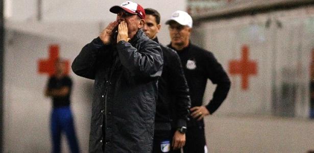 Apesar do pedido, o treinador alega que está atento ao clima turbulento do clube